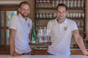 Nikolaus und Clemens Rehrl mit Wein